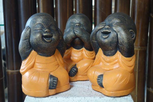 k009-steinbuddha-houre-sehe-spreche-nichts-gold-orange.jpg