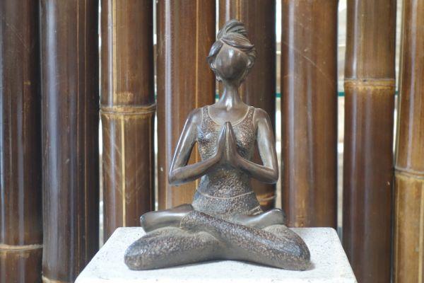 k007-stein-joga-figur-skulptur-braun