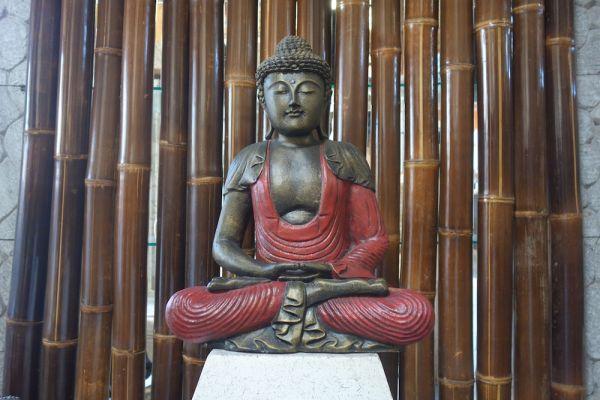 k010-stein-buddha-schneidersitz-rot